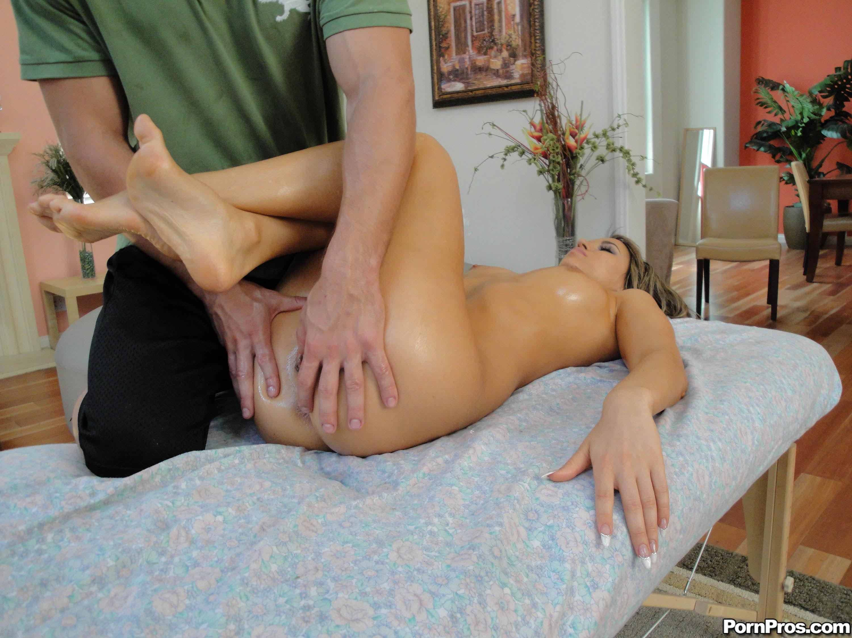 paren-delaet-massazh-telke